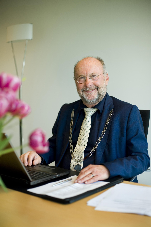 Profielfoto headshot man burgemeester informeel portret editorial zakelijke fotografie LinkedIn cv fotografie Den Haag