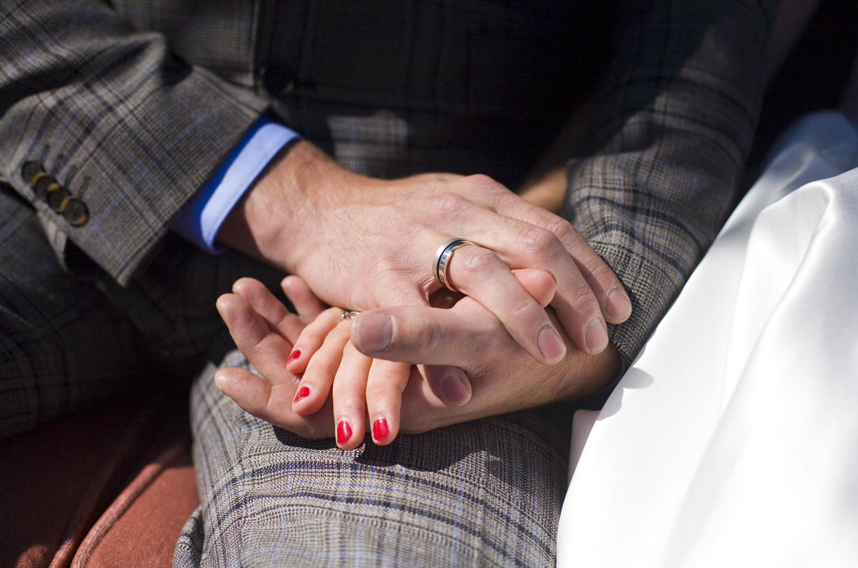 Spontane bruidsfotografie bruiloft ceremonie handen ringen strandbruiloft trouwreportage Beachclub Indigo Scheveningen