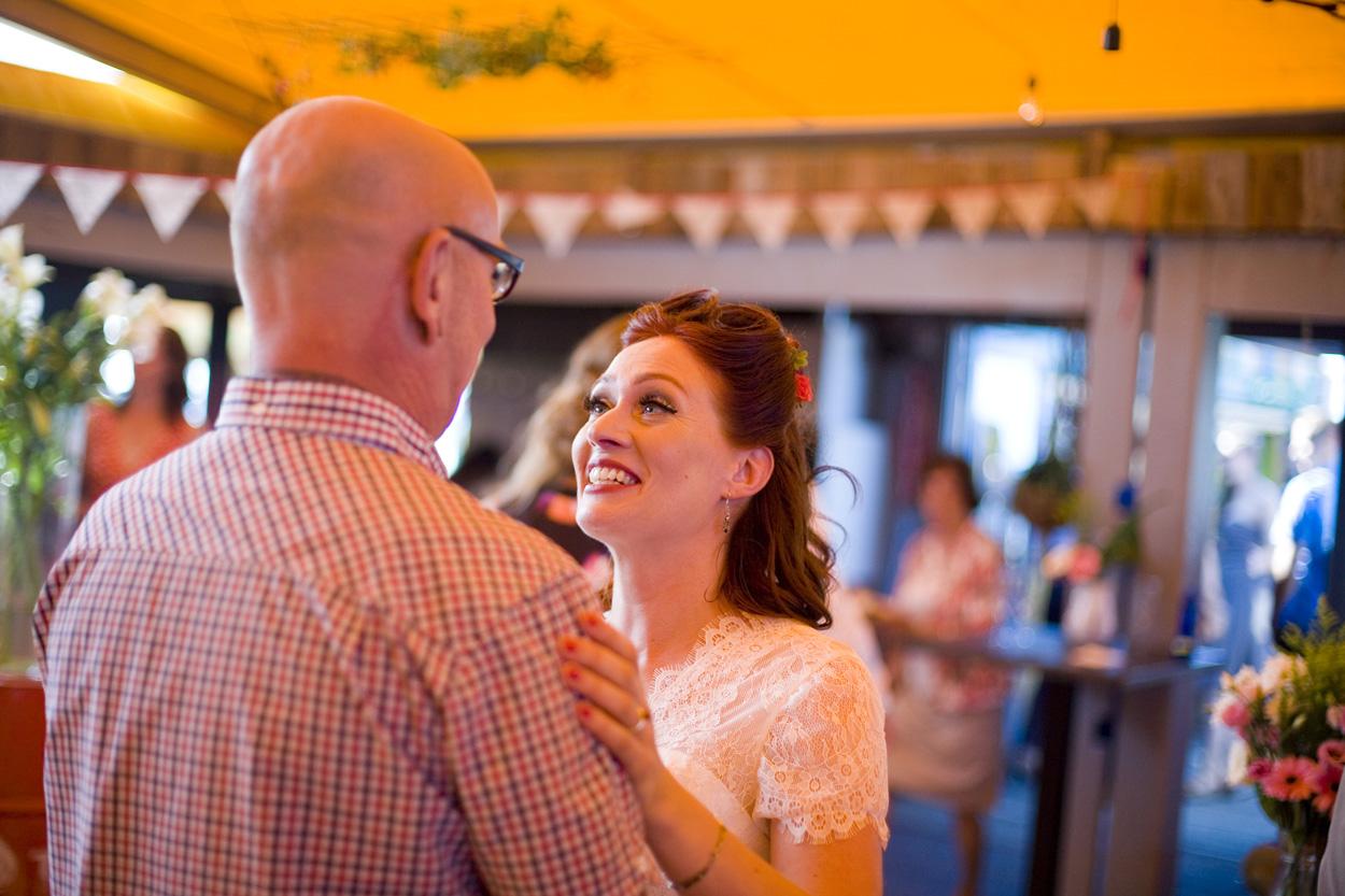 Spontane bruidsfotografie bruiloft receptie strandbruiloft trouwreportage Beachclub Indigo Scheveningen