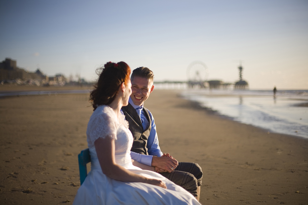 Spontane bruidsfotografie bruiloft trouwreportage bruidspaar strand strandbruiloft Beachclub Indigo Pier Scheveningen