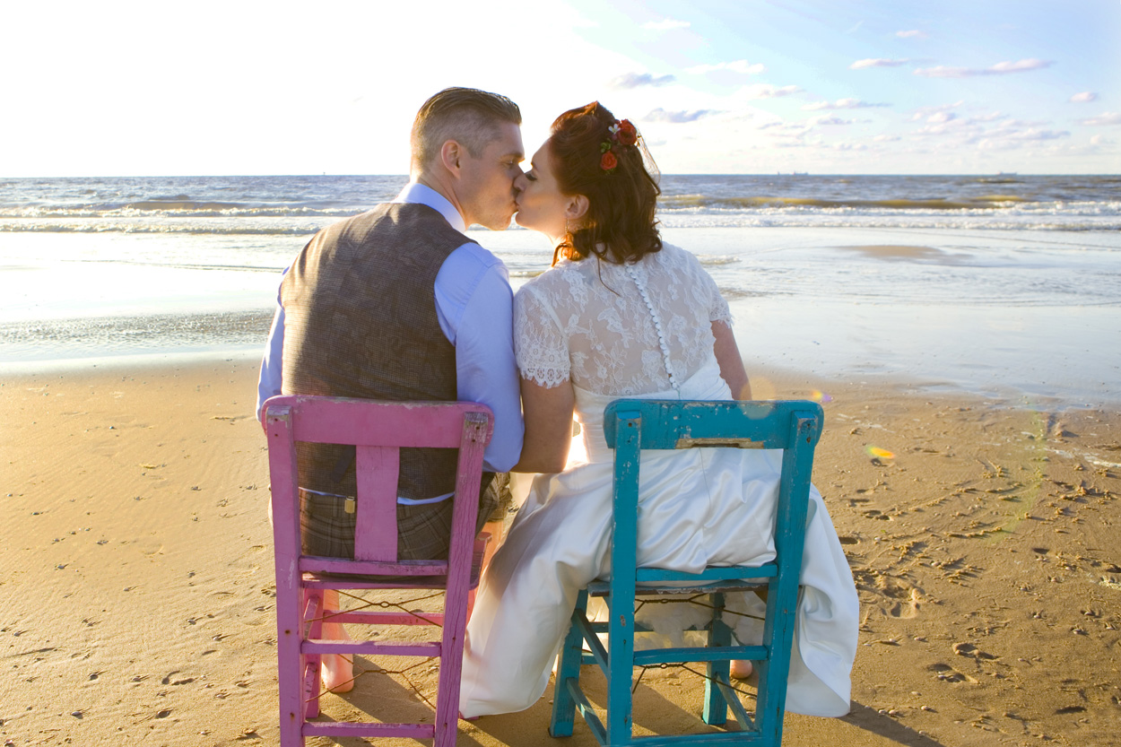 Spontane bruidsfotografie bruiloft bruidspaar in de branding strand Beachclub Indigo Scheveningen