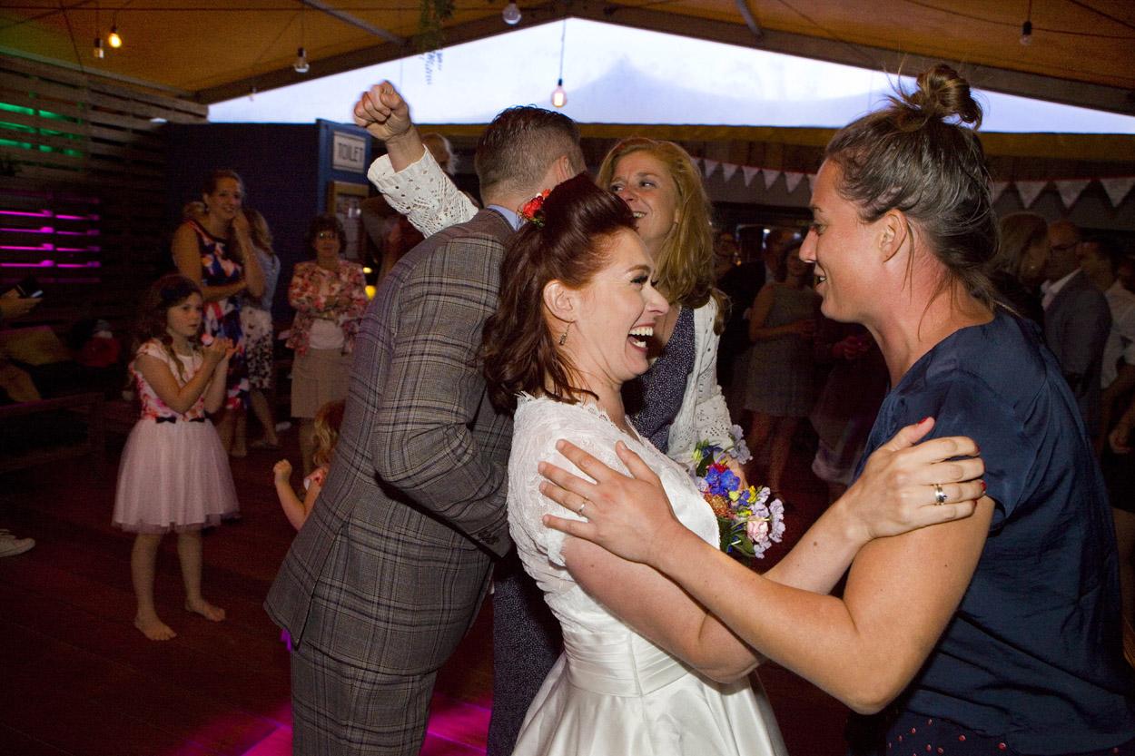 Spontane bruidsfotografie bruiloft trouwboeket trouwreportage strandbruiloft Beachclub Indigo Scheveningen