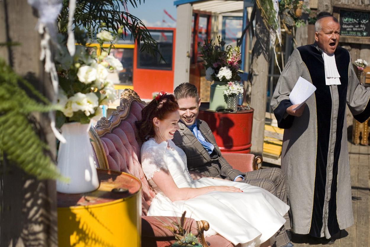 Spontane bruidsfotografie bruiloft ceremonie strandbruiloft trouwreportage Beachclub Indigo Scheveningen
