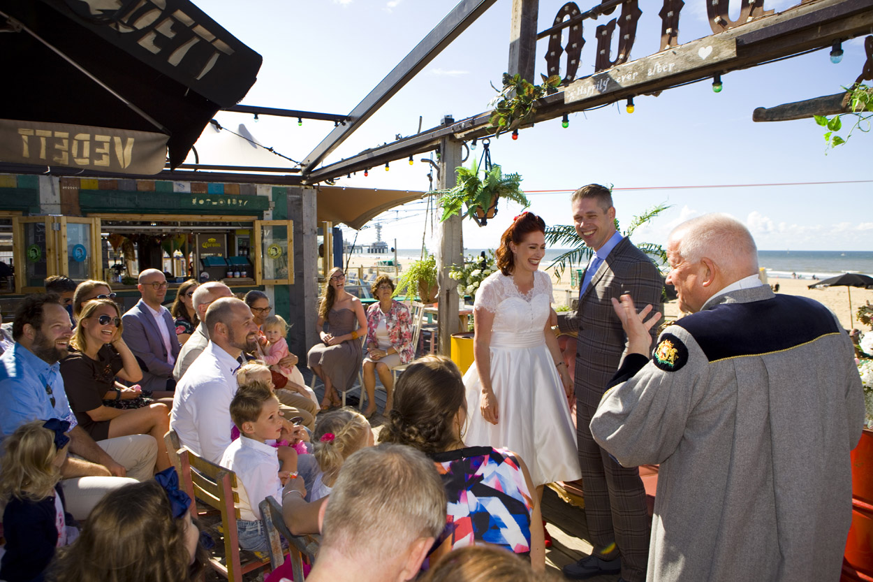 Spontane bruidsfotografie bruiloft ceremonie ambtenaar BABS strandbruiloft trouwreportage Beachclub Indigo Scheveningen