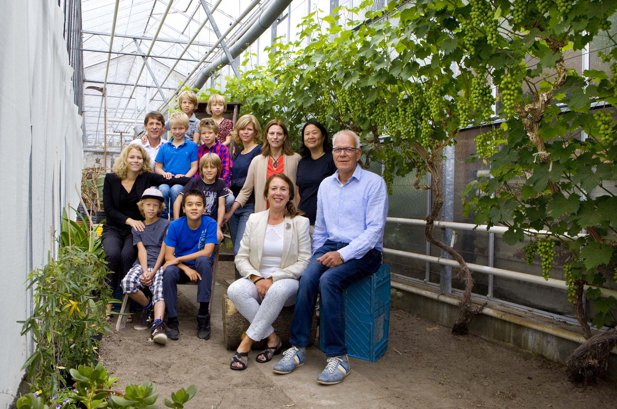 Foto gezinsportret familieportret binnen in kas druivenkweker Monster Westland