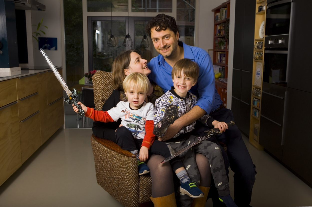 Foto gezinsportret familieportret binnen in woonkamer Amsterdam