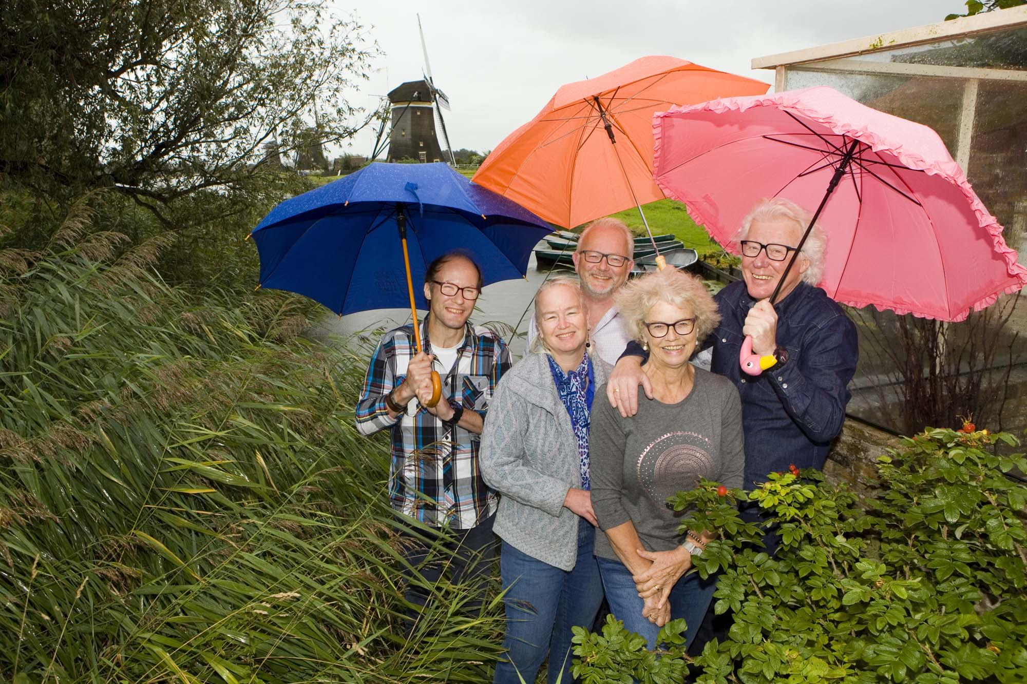 Foto gezinsportret familieportret in regen met paraplu Molendriegang Leidschendam