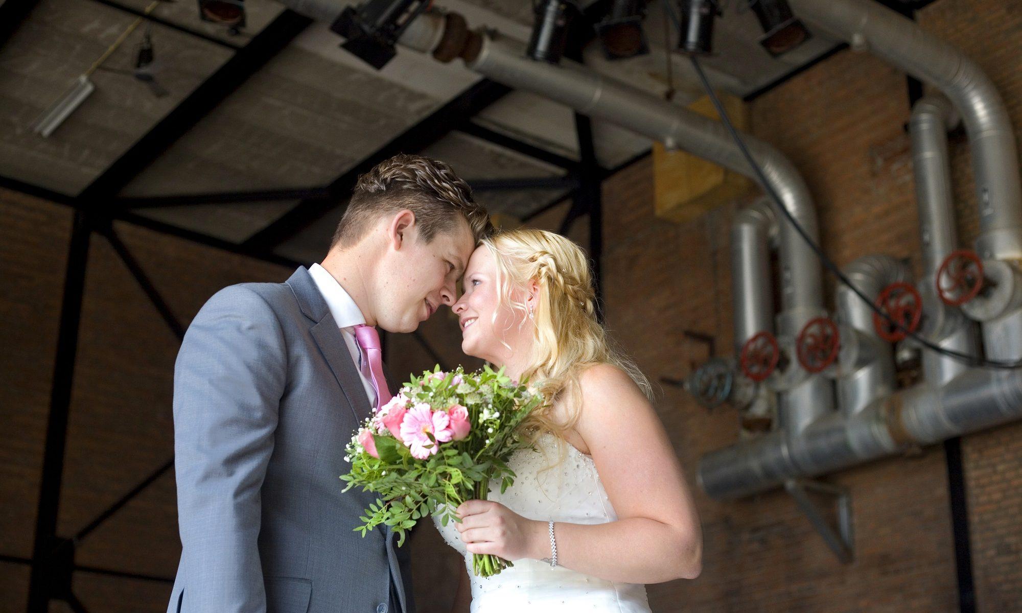 Bruidspaar trouwfoto in industriële locatie Lijm & Cultuur Delft werkwijze