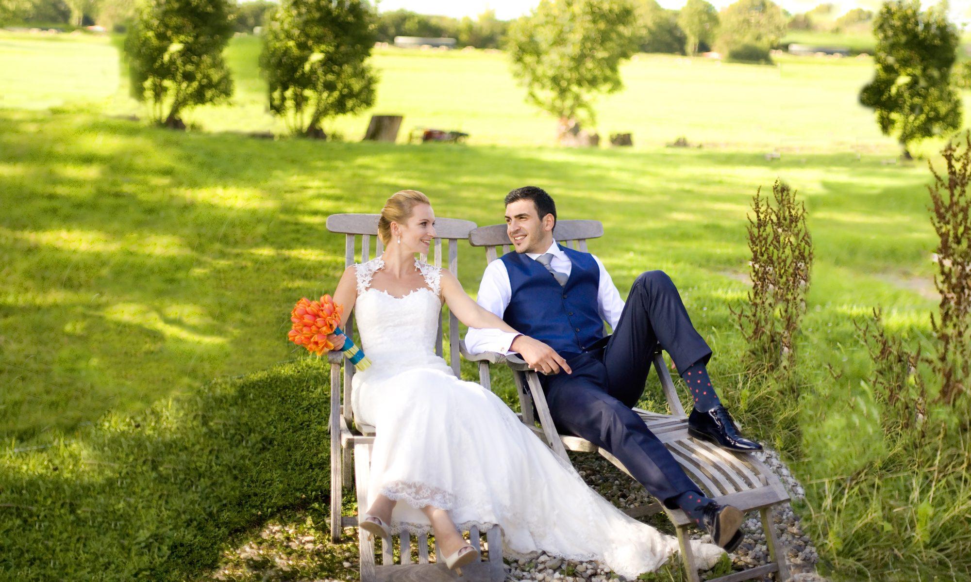 Portfolio Bruidsfotografie bruiloft trouwlocatie bruidspaar ligstoelen weiland De Lindenhof Leiderdorp