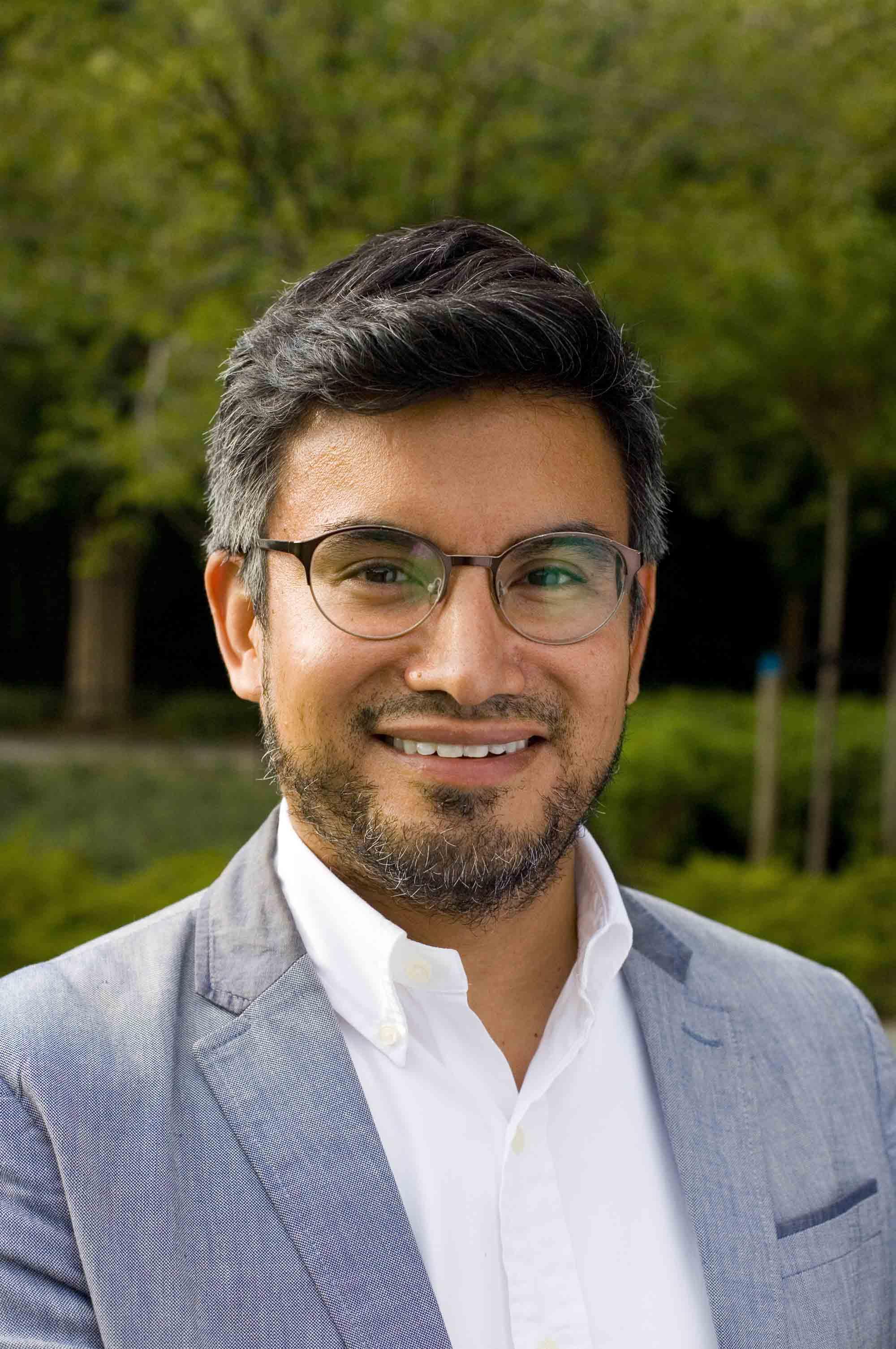 Profielfoto headshot man informeel portret zakelijke fotografie LinkedIn cv fotografie Den Haag