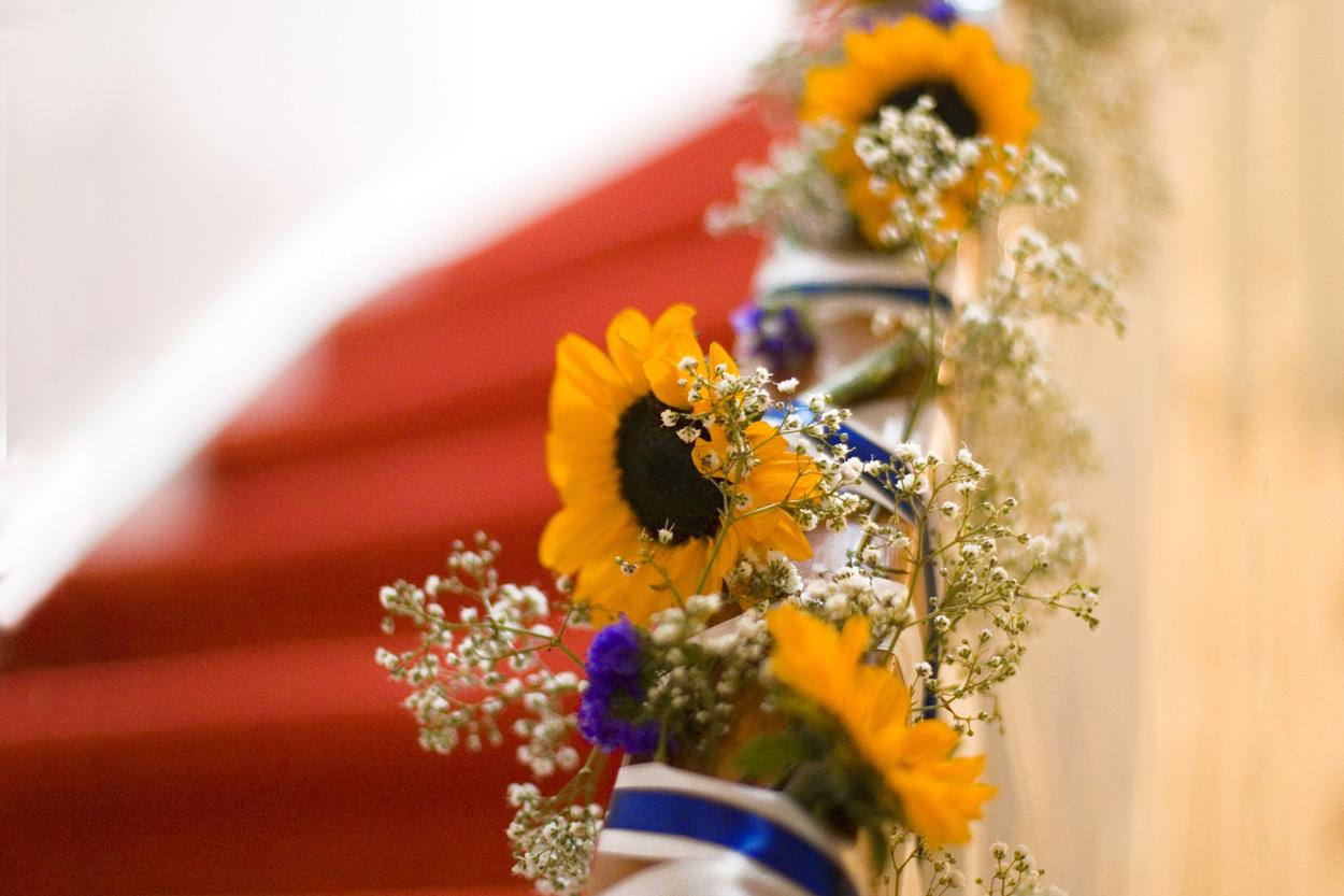 bloem decoraties trapleuning bruiloft Kasteel De Wittenburg Wassenaar zonnebloemen decoraties trap ouderlijk huis Den Haag