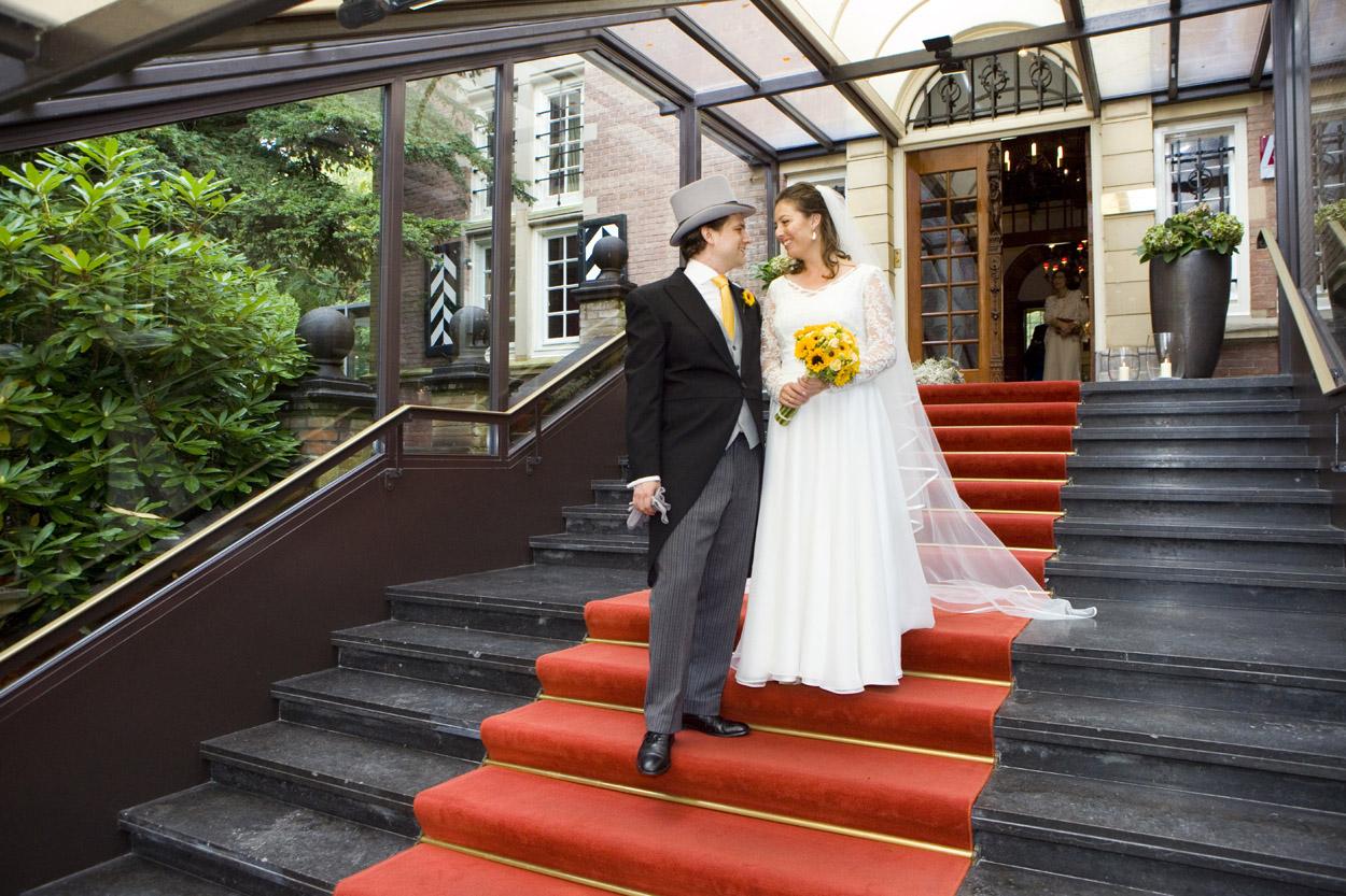 bruidspaar op rode loper bruiloft Kasteel De Wittenburg Wassenaar  bruiloft trouwreportage rode loper bruidspaar Kasteel De Wittenburg Wassenaar