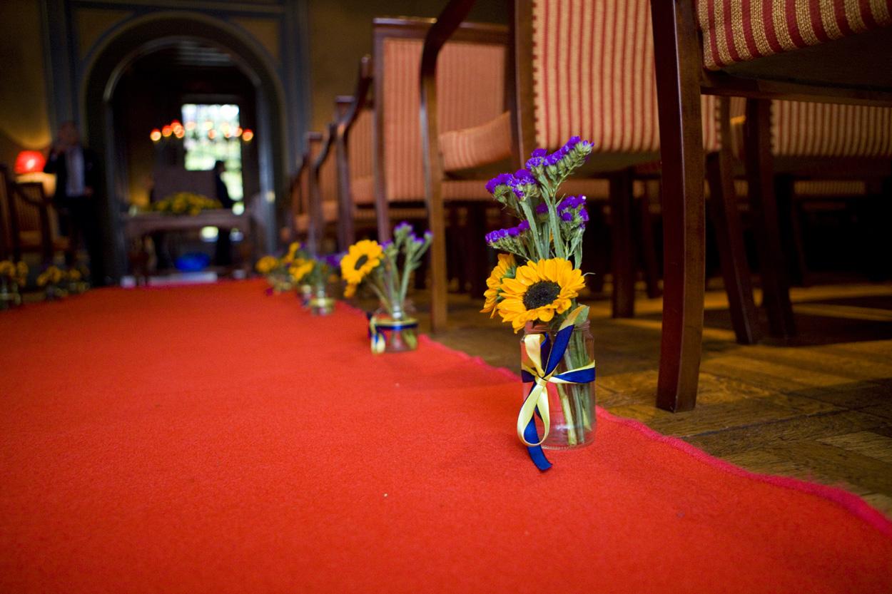 Bloemdecoraties zonnebloemen op rode loper bruiloft Kasteel De Wittenburg Wassenaar  decoraties zonnebloemen rode loper ceremonie Kasteel De Wittenburg Wassenaar