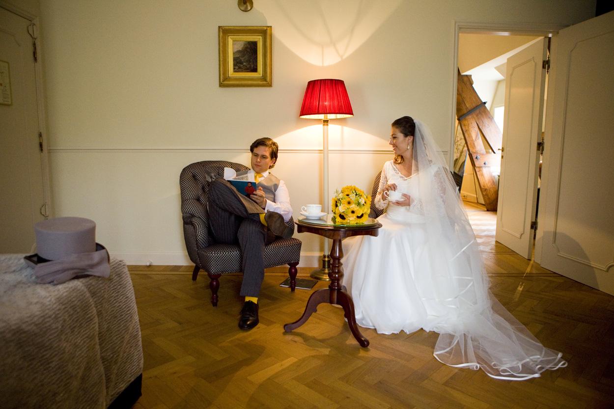 bruidspaar in hotelkamer bruiloft Kasteel De Wittenburg Wassenaar  bruidspaar hotelkamer Kasteel De Wittenburg Wassenaar