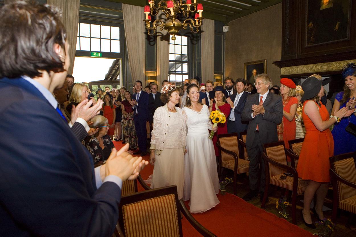 moeder geeft dochter weg aankomst bruid weggeven bruiloft Kasteel De Wittenburg Wassenaar  bruiloft entree bruid met moeder Kasteel De Wittenburg Wassenaar
