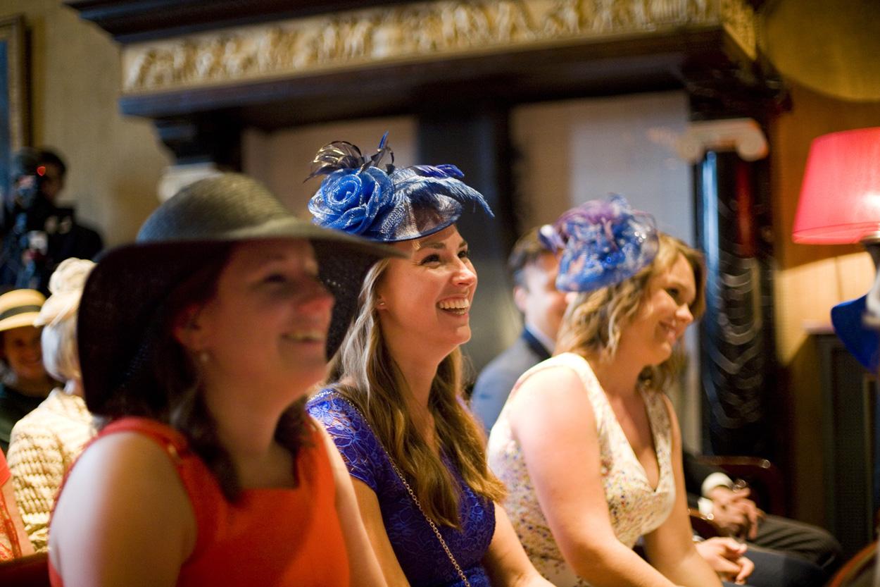 gasten in trouwzaal dames met hoeden bruiloft Kasteel De Wittenburg Wassenaar  bruiloft gasten ceremonie Kasteel De Wittenburg Wassenaar