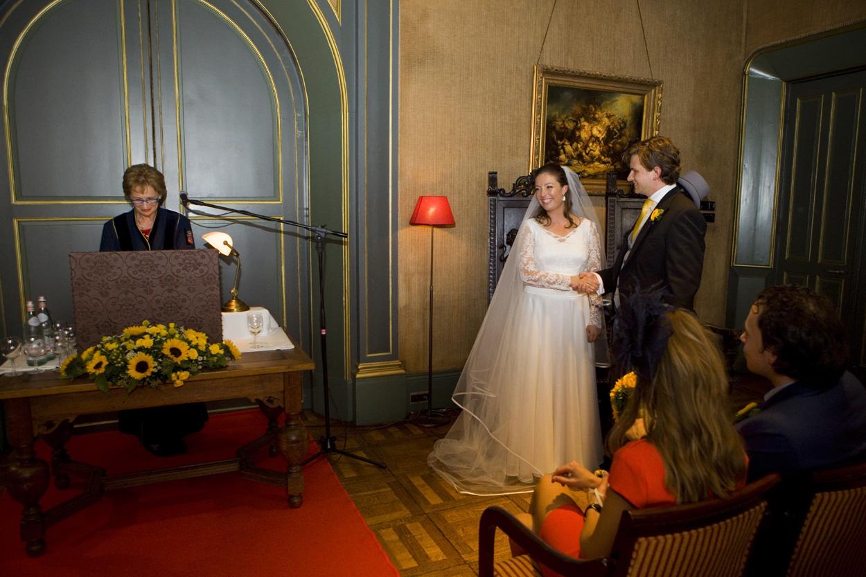 trouwambtenaar tijdens ceremonie in trouwzaal bruiloft Kasteel De Wittenburg Wassenaar  bruiloft jawoord trouwplechtigheid ceremonie bruidspaar Kasteel De Wittenburg Wassenaar