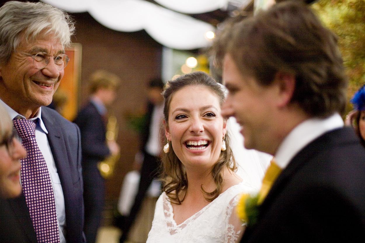 lachende bruid in serre bruiloft Kasteel De Wittenburg Wassenaar  bruiloft bruid receptie Kasteel De Wittenburg Wassenaar