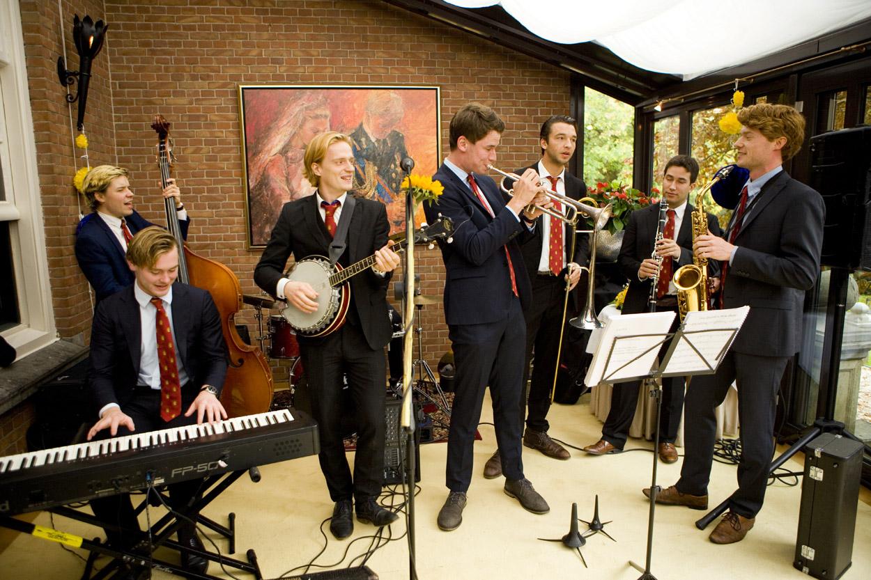 Delftse studentenband in serre bruiloft Kasteel De Wittenburg Wassenaar  bruiloft trouwfeest studentenband brassband Dixieland Kasteel De Wittenburg Wassenaar
