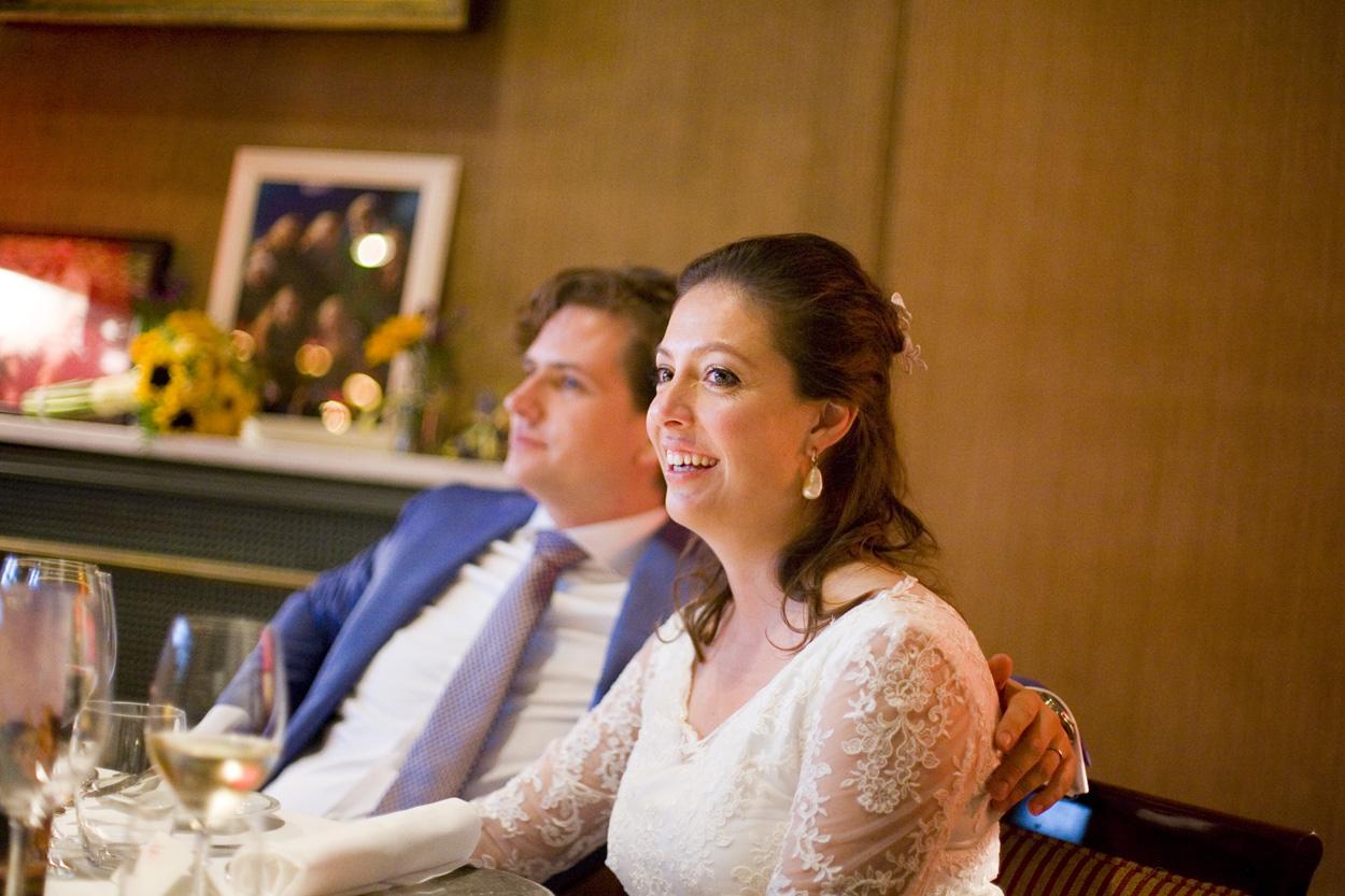 bruidspaar tijdens diner bruiloft Kasteel De Wittenburg Wassenaar  bruiloft diner bruidspaar Kasteel De Wittenburg Wassenaar