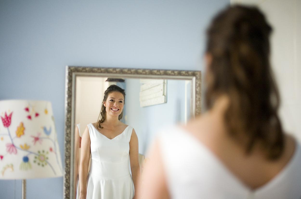 aankleden bruid met spiegel bruiloft Kasteel De Wittenburg Wassenaar  bruiloft bruid in trouwjurk ouderlijk huis Den Haag