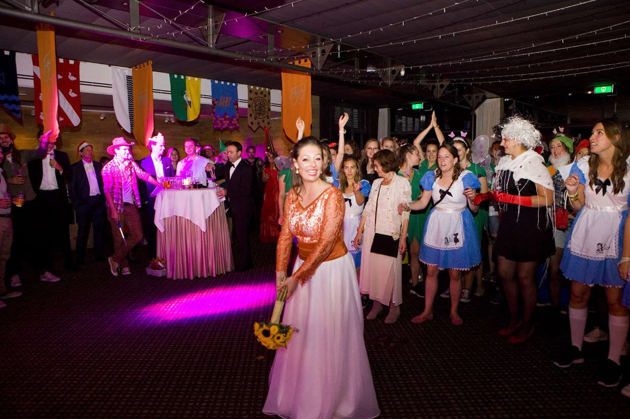 boeket gooien trouwfeest themafeest bruiloft Kasteel De Wittenburg Wassenaar  bruiloft trouwfeest bruid boeket gooien Kasteel De Wittenburg Wassenaar