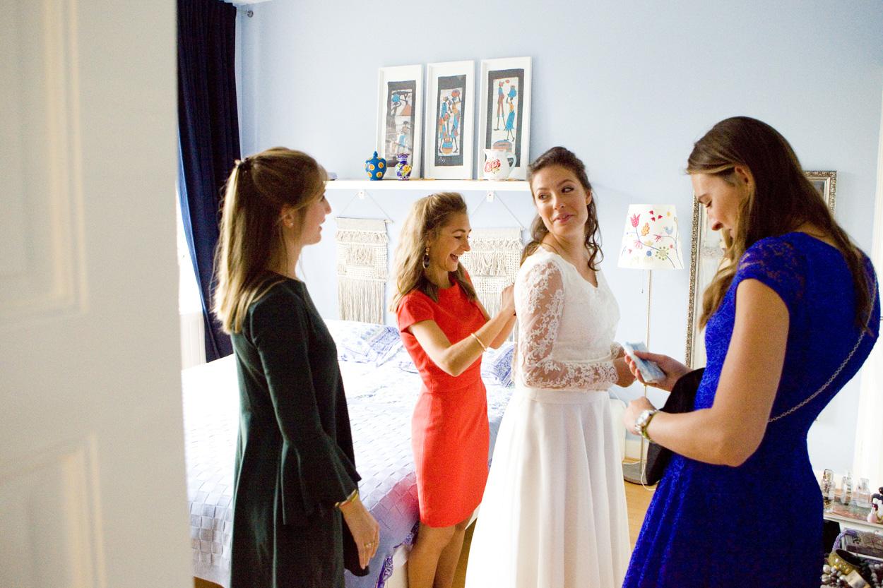 bruid in trouwjurk met vriendinnen bruiloft Kasteel De Wittenburg Wassenaar  bruiloft voorbereidingen bruid ouderlijk huis Den Haag