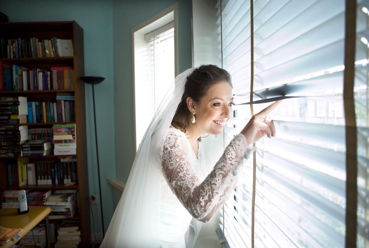 bruid kijkt door luxaflex first look bruiloft Kasteel De Wittenburg Wassenaar  bruiloft voorbereidingen bruid luxaflex Den Haag
