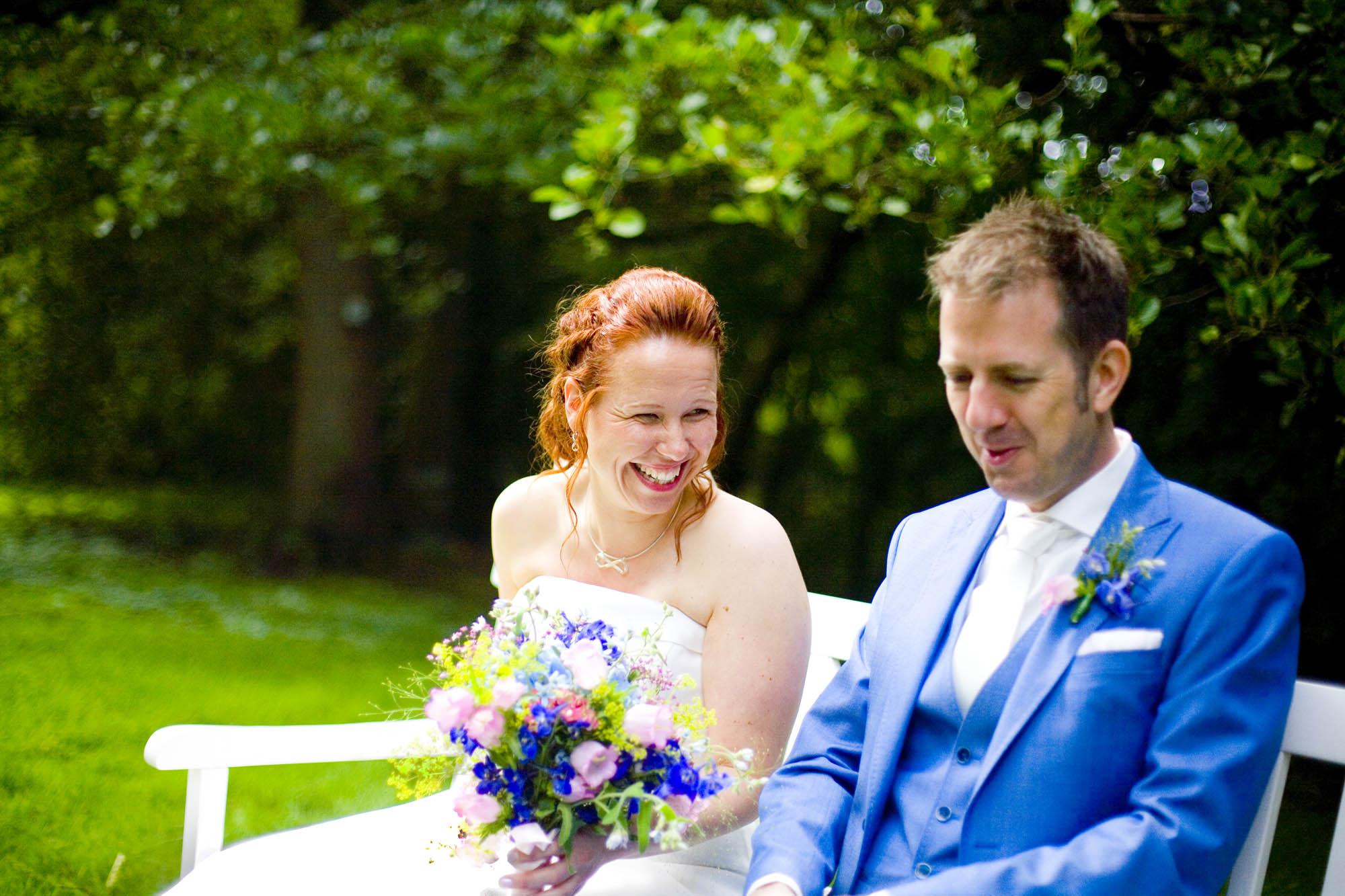 Bruidspaar tijdens ceremonie bruiloft De Hertenhorst Delft bruidspaar ceremonie buiten