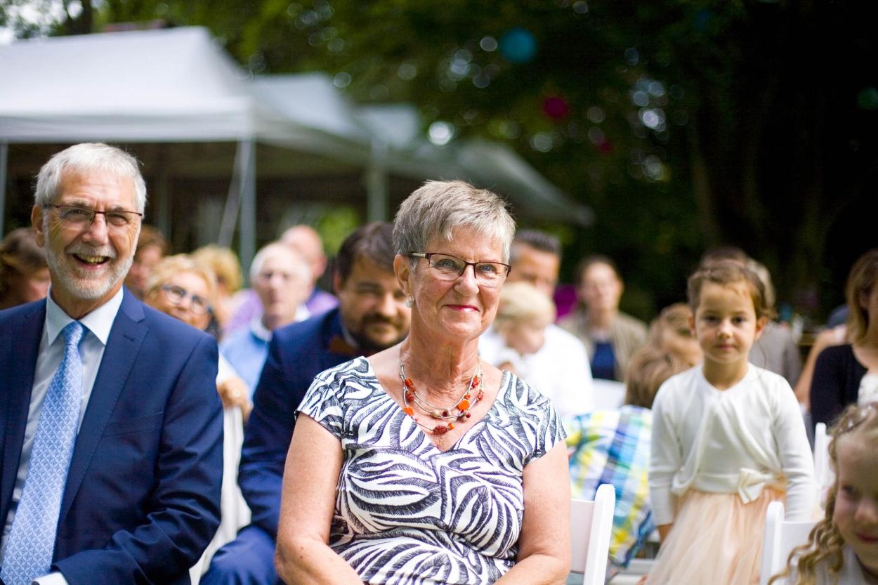 ouders bruiloft De Hertenhorst Delft ceremonie buiten