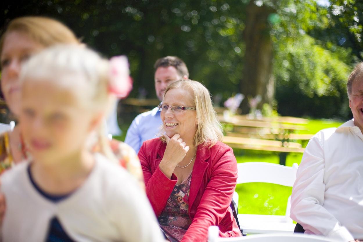 glimlach gasten tijdens ceremonie bruiloft De Hertenhorst Delft
