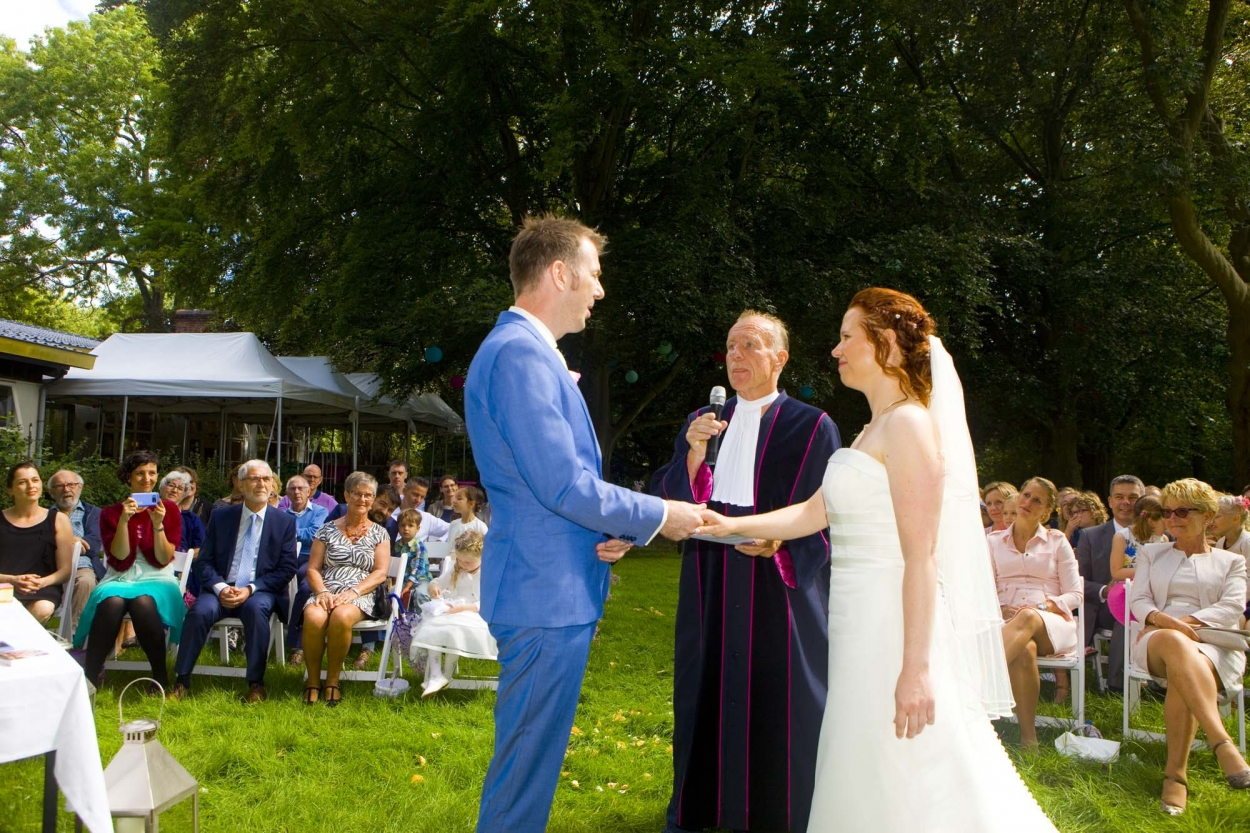 Bruidsfotografie bruiloft De Hertenhorst Delft jawoord ceremonie buiten