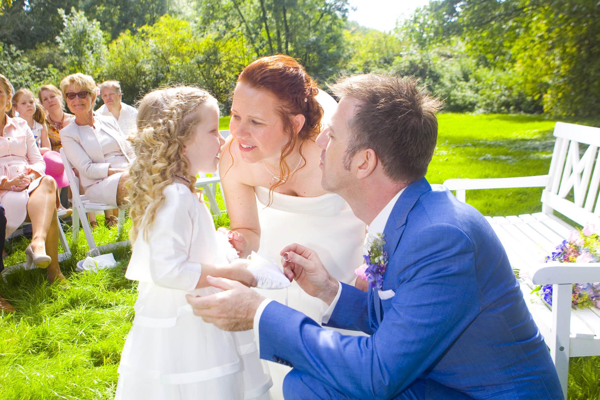 Bruidsfotografie bruiloft De Hertenhorst Delftt ringen bruidsmeisje ceremonie buiten