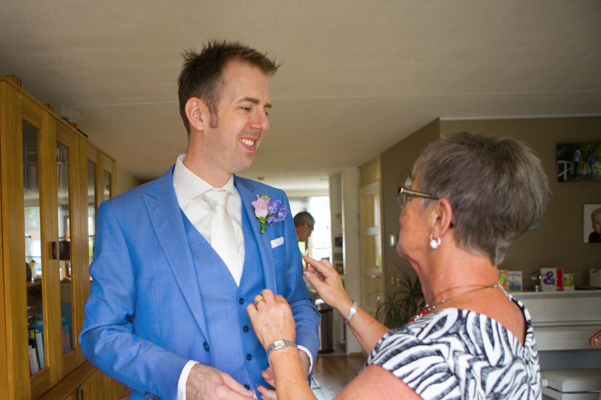 bruidegom met moeder bruiloft De Hertenhorst Delft