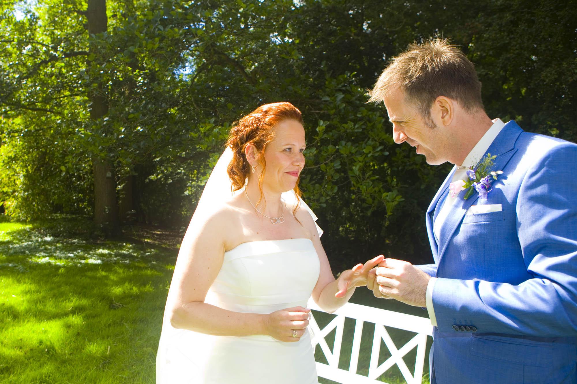 Bruidsfotografie bruiloft De Hertenhorst Delft ringen trouwringen ceremonie buiten