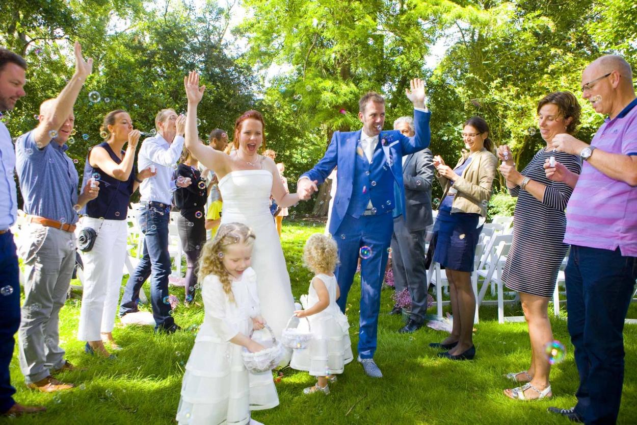 erehaag gasten met bellenblaas ceremonie bruiloft De Hertenhorst Delft bruidsmeisje bloemblaadjes