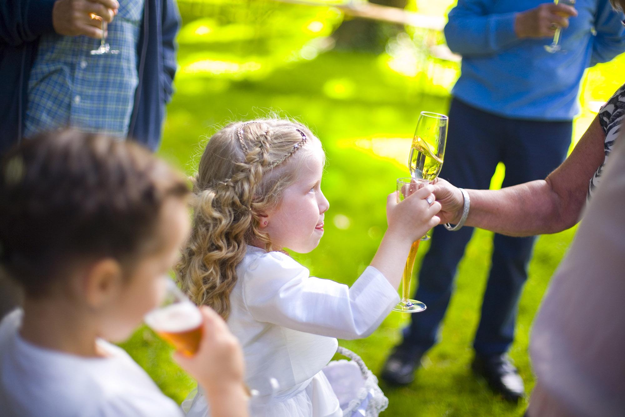 bruiloft De Hertenhorst Delft bruidsmeisje proosten tijdens borrel buiten