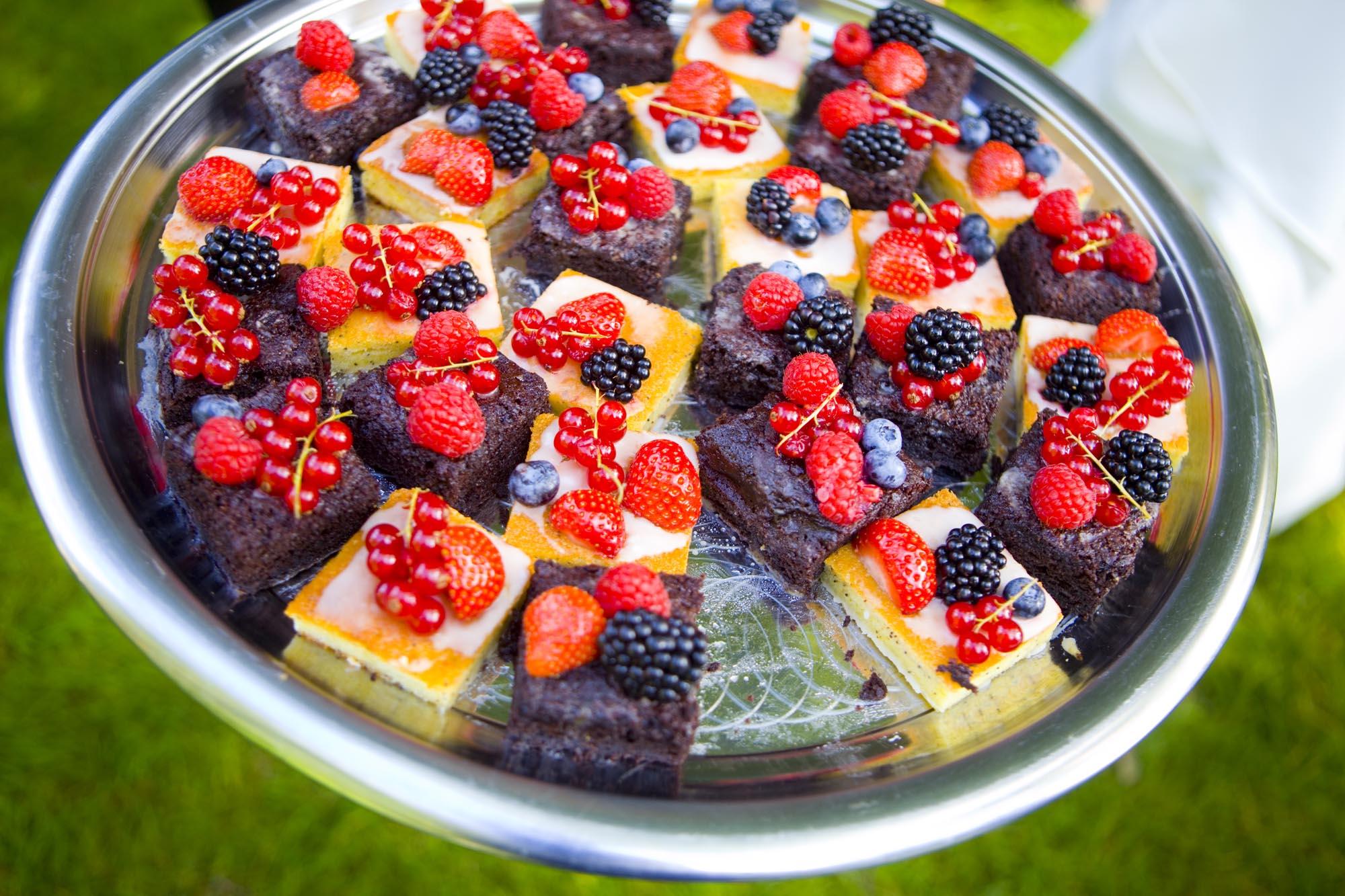 zelfgemaakte brownies met rode vruchten trouwfotografie bruiloft De Hertenhorst Delft