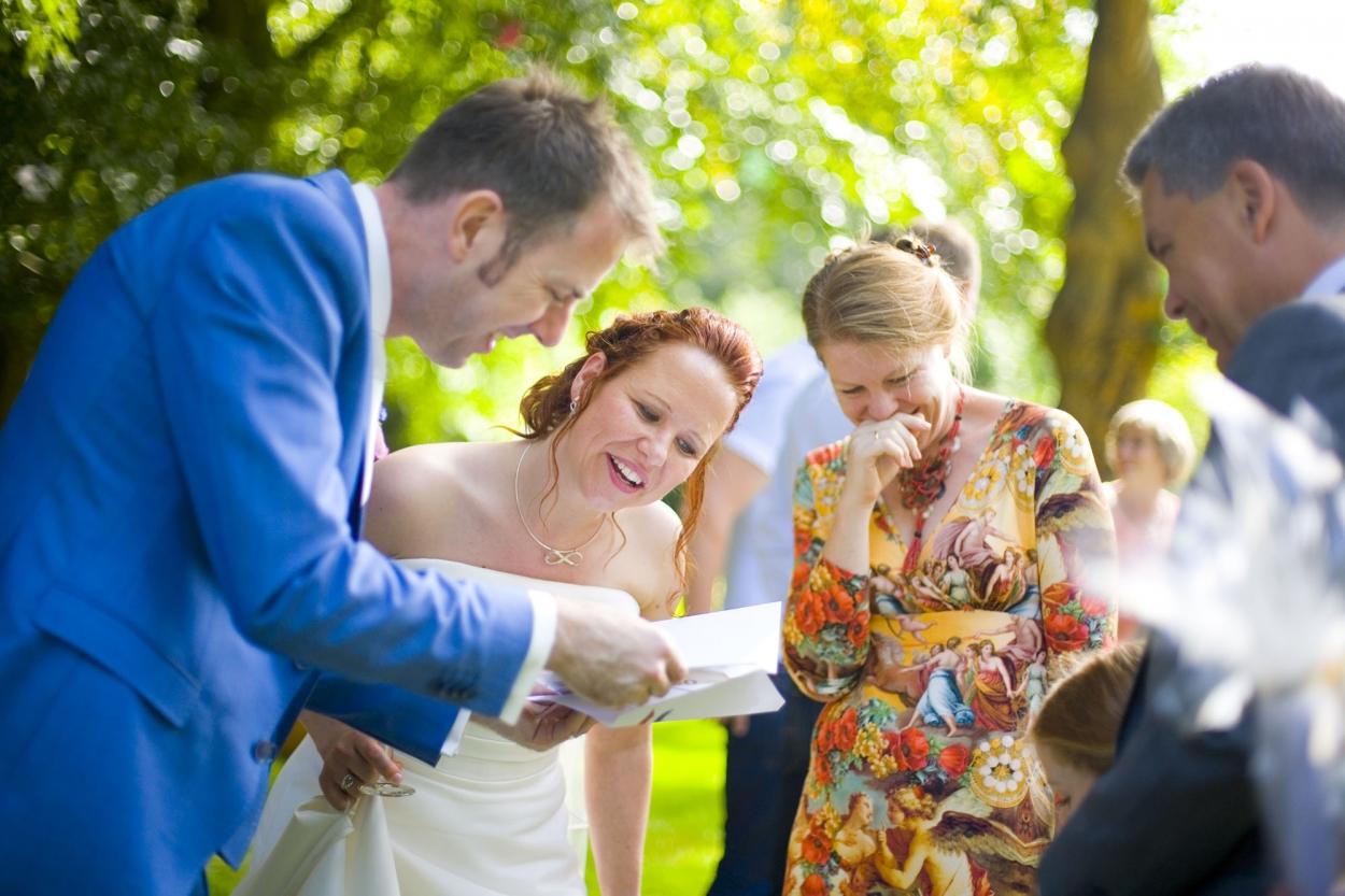 cadeau gasten voor bruidspaar tijdens receptie bruiloft De Hertenhorst Delft