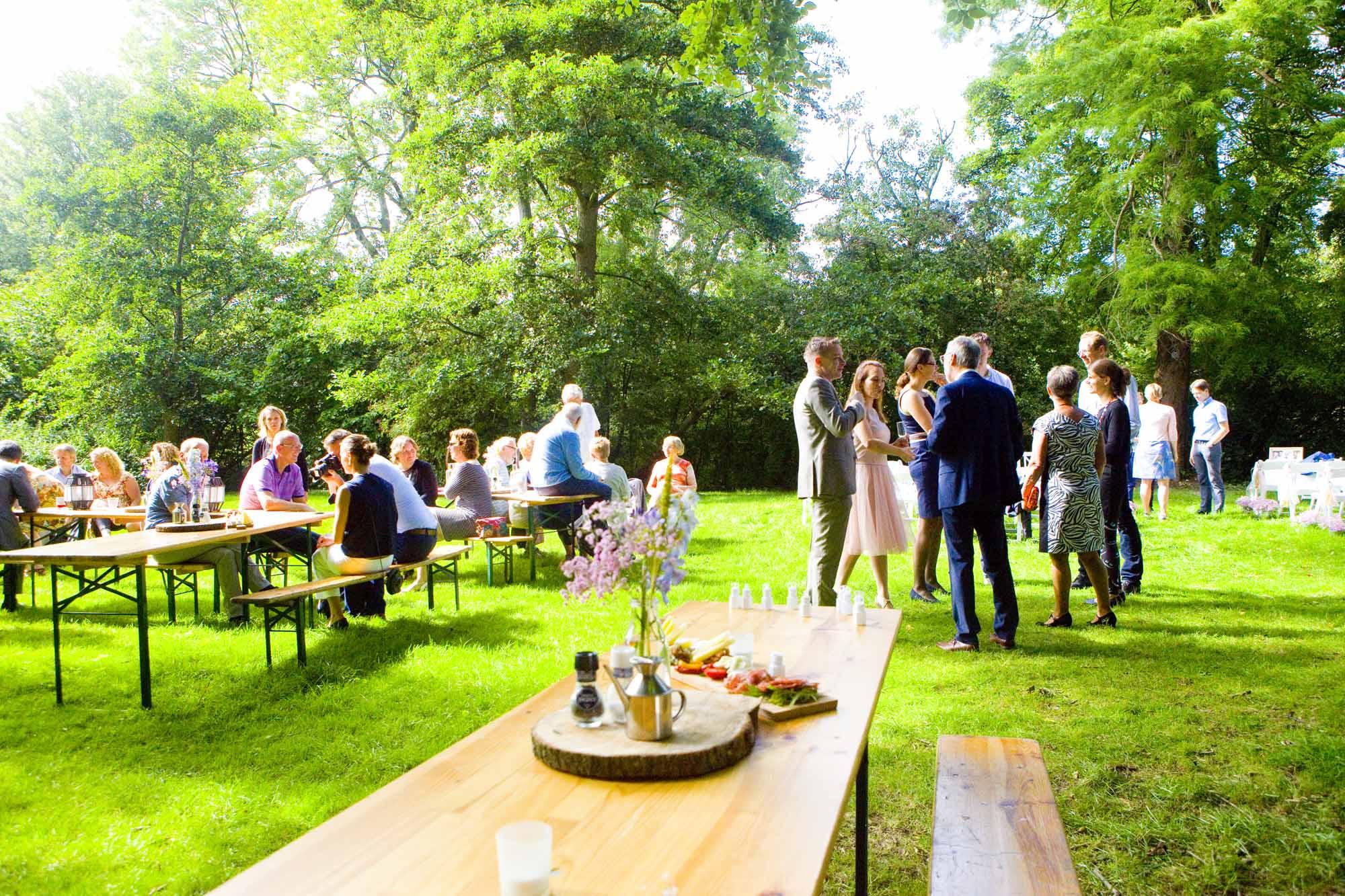 gasten bruiloft receptie buiten Hertenhorst Delft