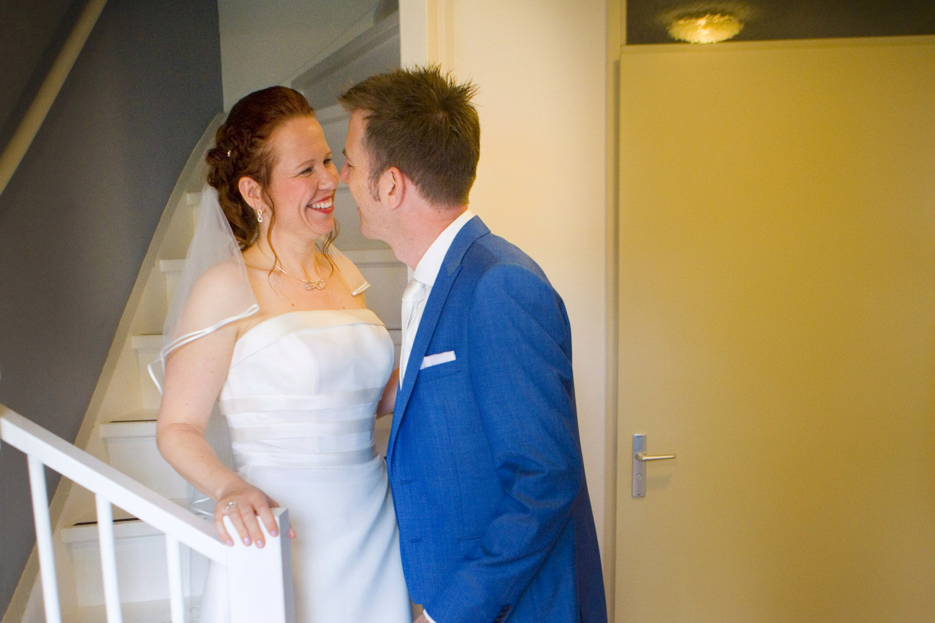 first look bruid komt trap af bruiloft De Hertenhorst Delft