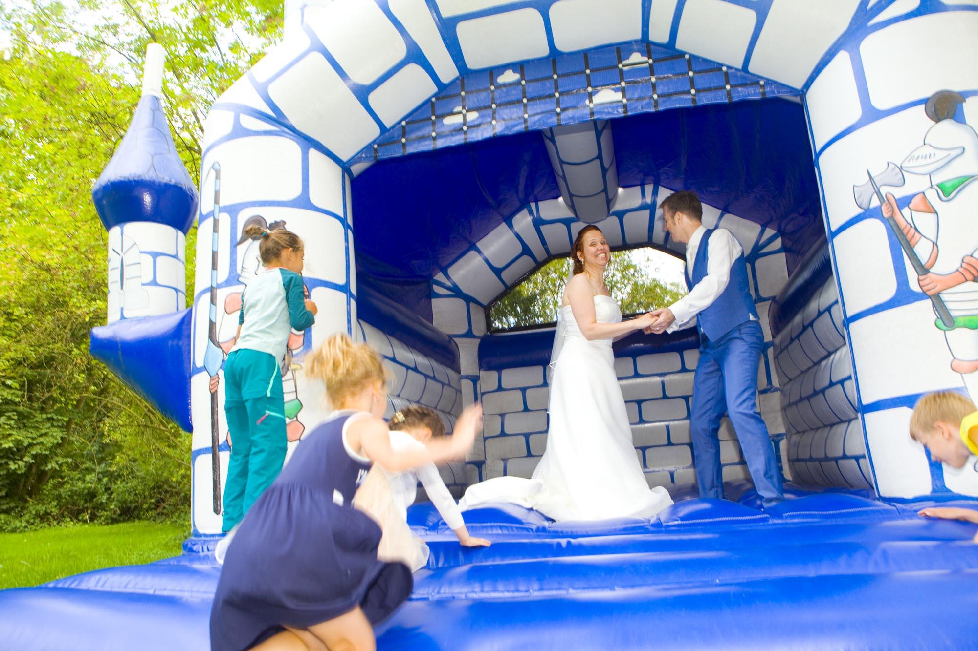 Bruidsfotografie bruiloft bruidspaar op springkasteel Hertenhorst Delft