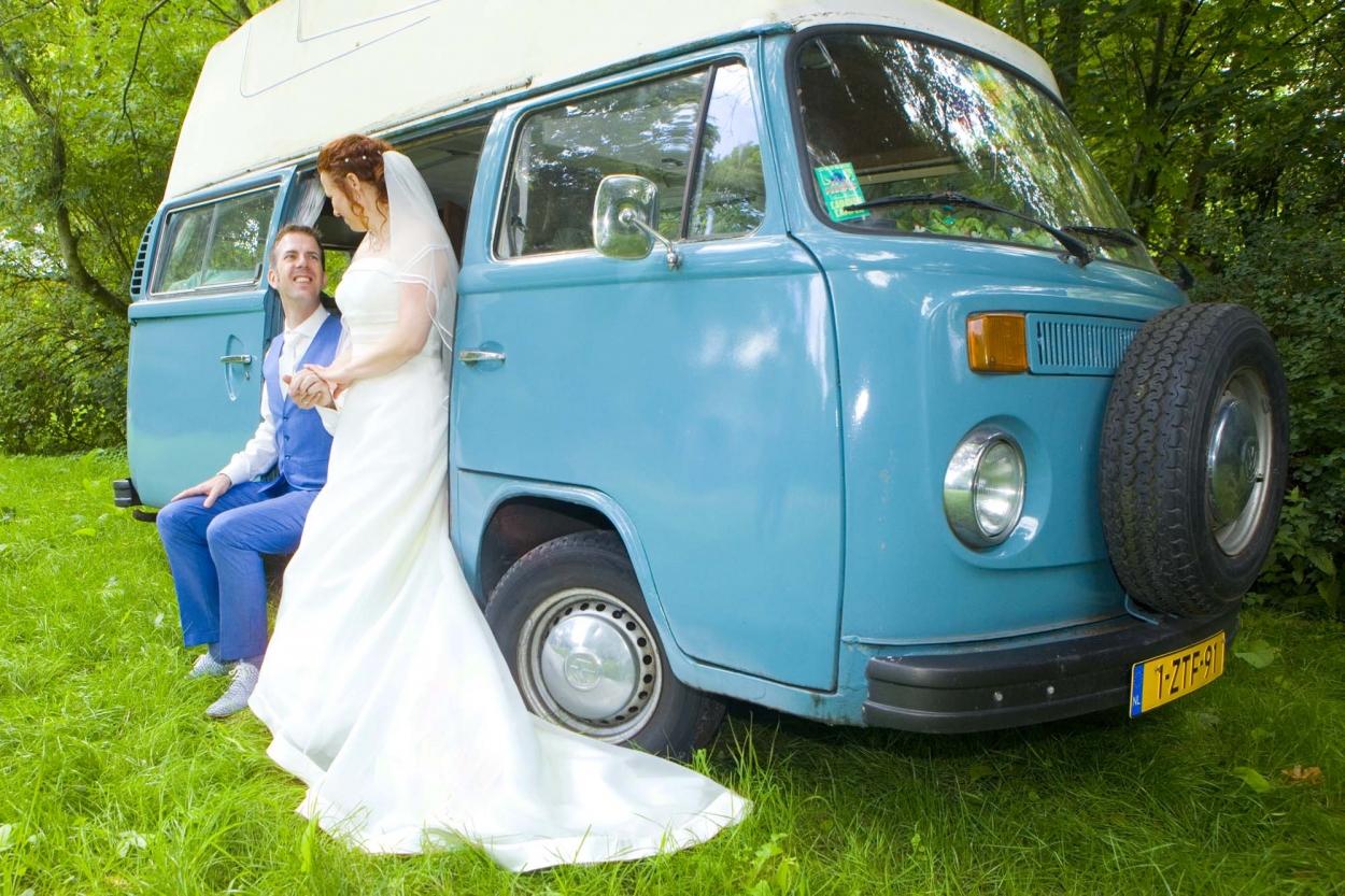 bruiloft bruidspaar bij camper VW bus campervan buiten bos Hertenhorst Delft