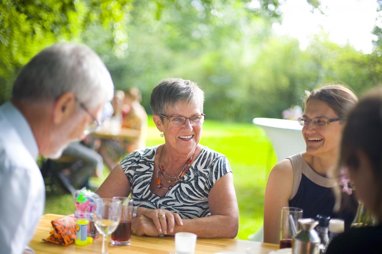 lachende mensen op bruiloft gasten receptie buiten Hertenhorst Delft