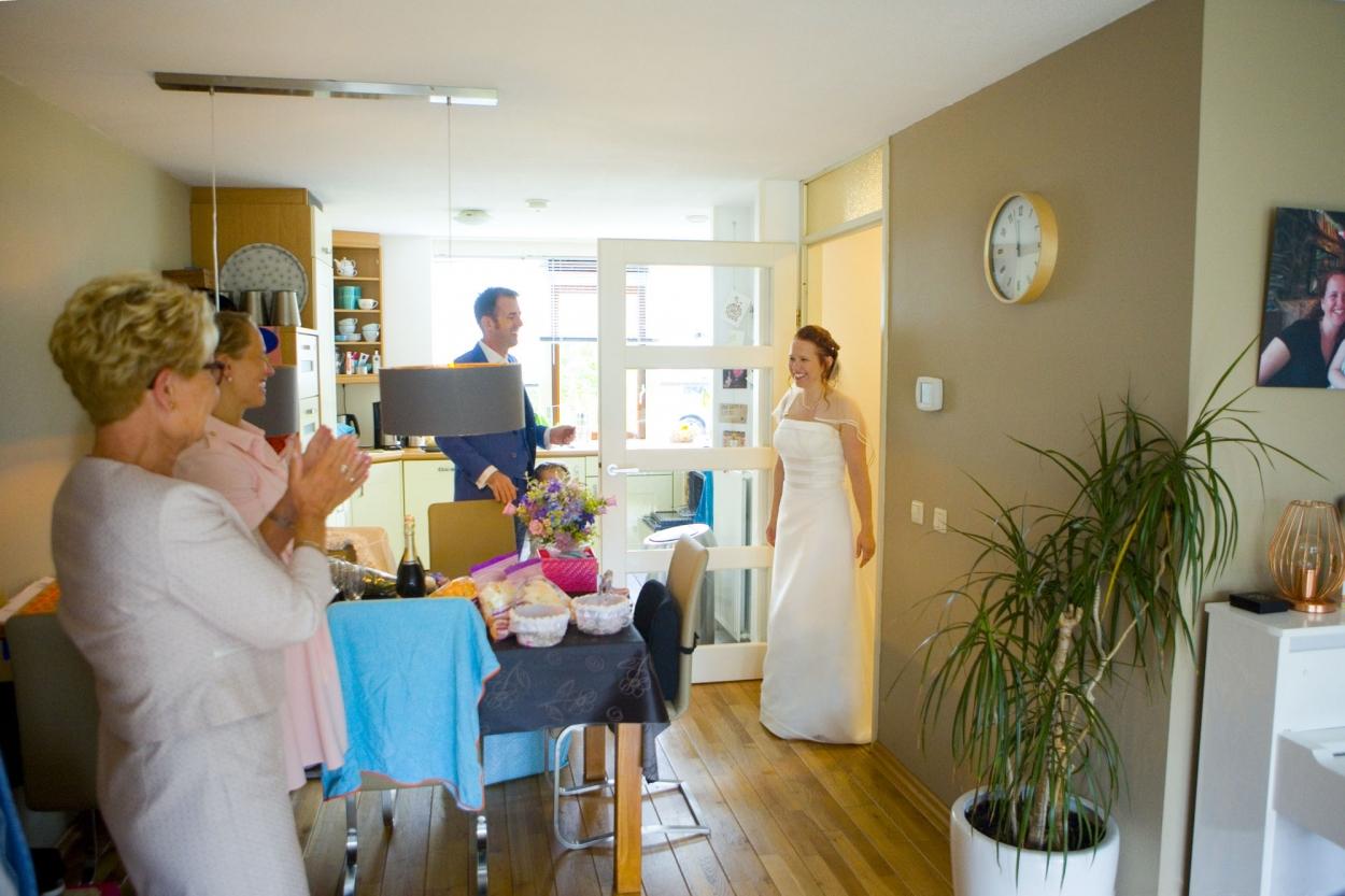 bruid komt woonkamer binnen bruiloft De Hertenhorst Delft