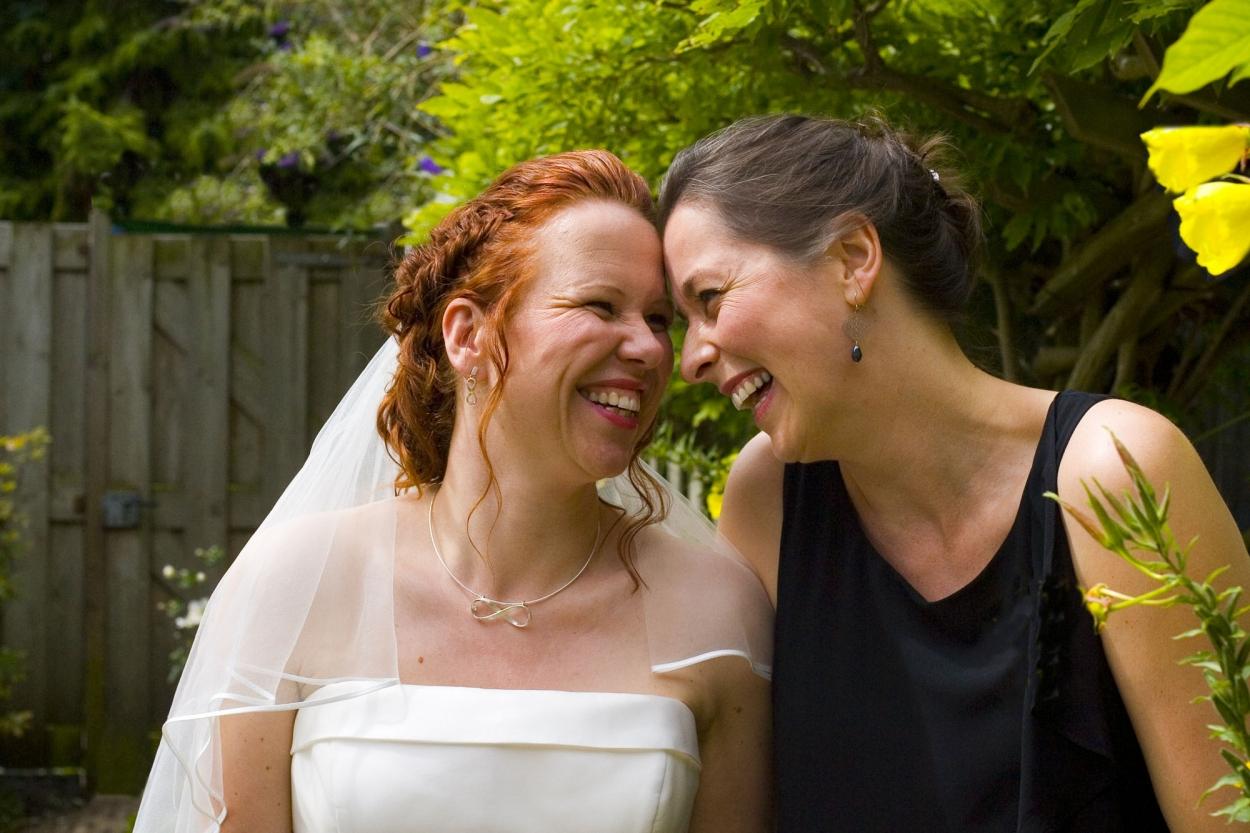 bruid met beste vriendin vriendschap bruiloft De Hertenhorst Delft