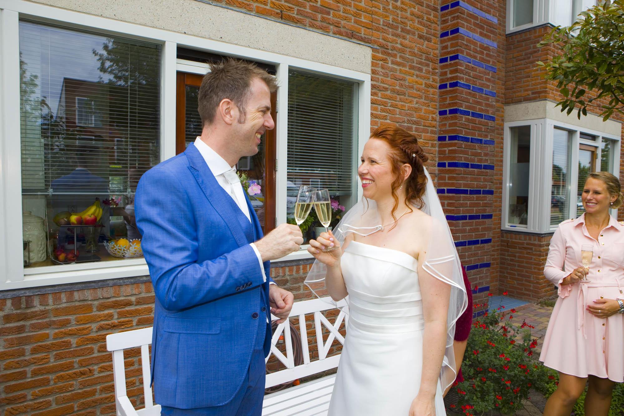 proosten prosecco bruidspaar in voortuin bruiloft De Hertenhorst Delft