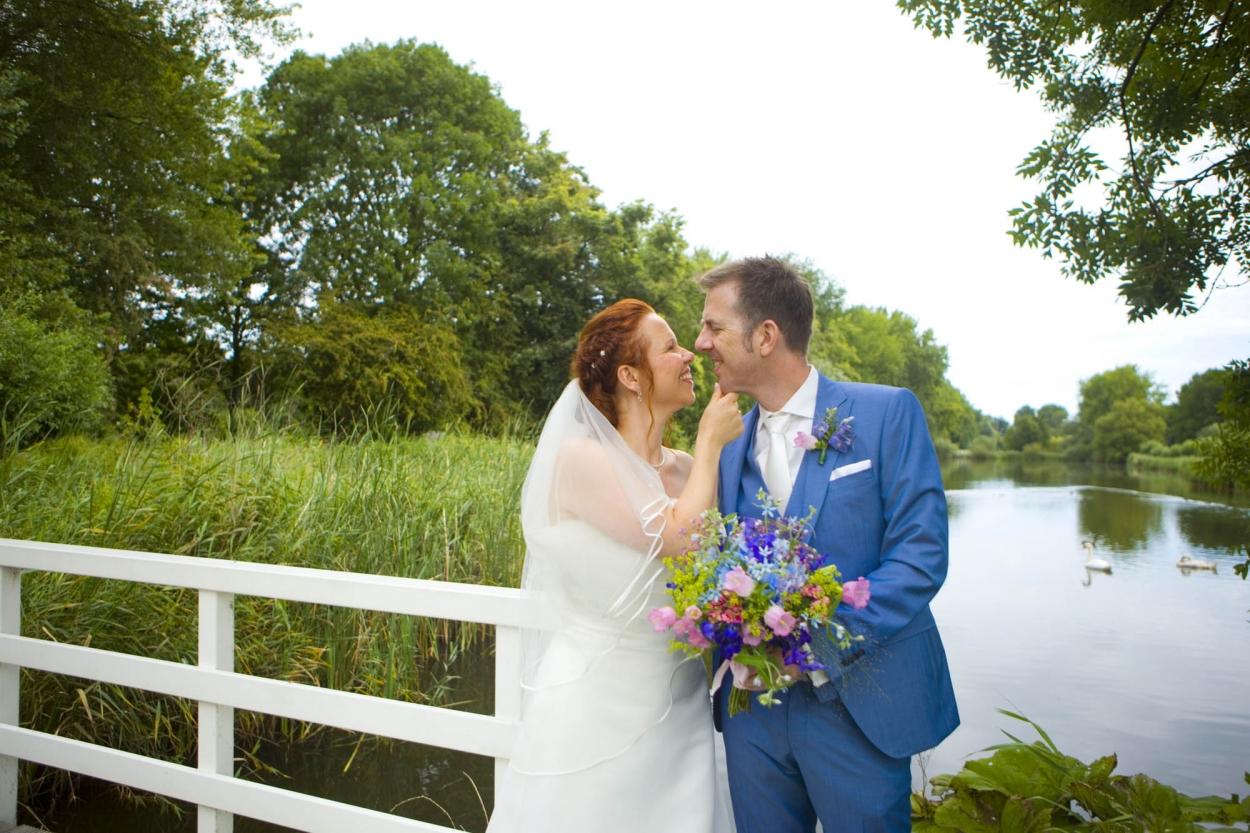 Bruidspaar op brug bruiloft De Hertenhorst Delft trouwreportage Delftse Hout