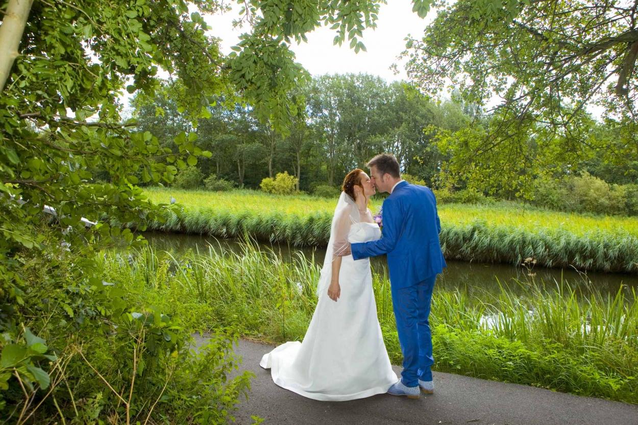 kus bruidspaar bruiloft De Hertenhorst Delft trouwreportage Delftse Hout