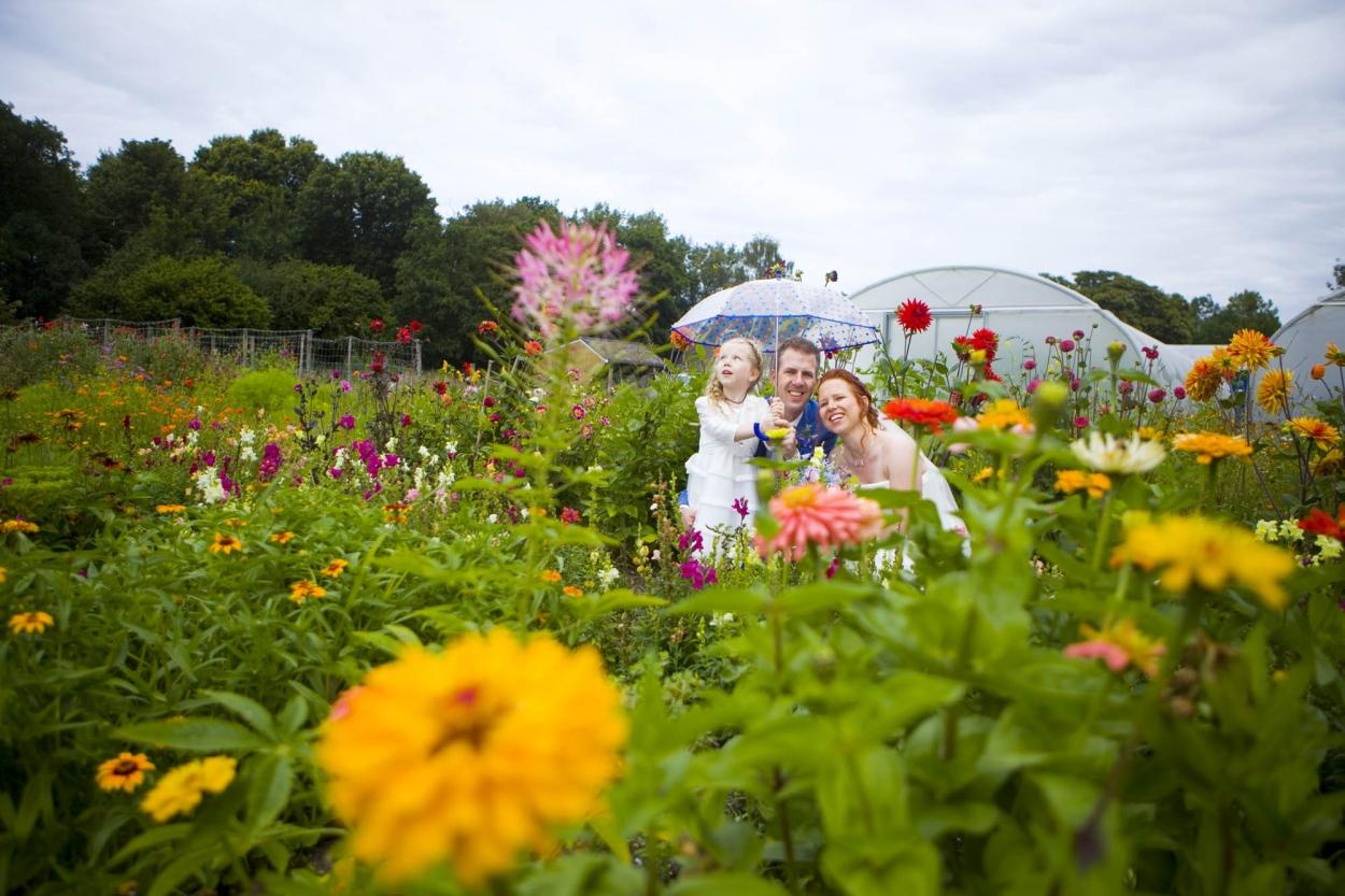bruidspaar tussen de bloemen trouwreportage in moestuin De Hertenhorst Delft